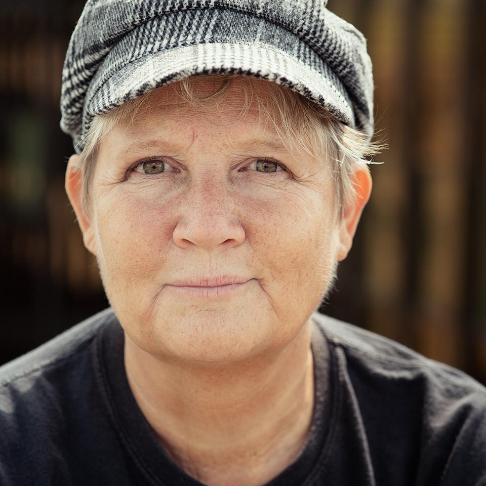 Portret van vrouw met zwart-wit petje op